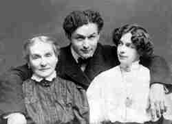 Harry Houdini with his mother and wife Bess